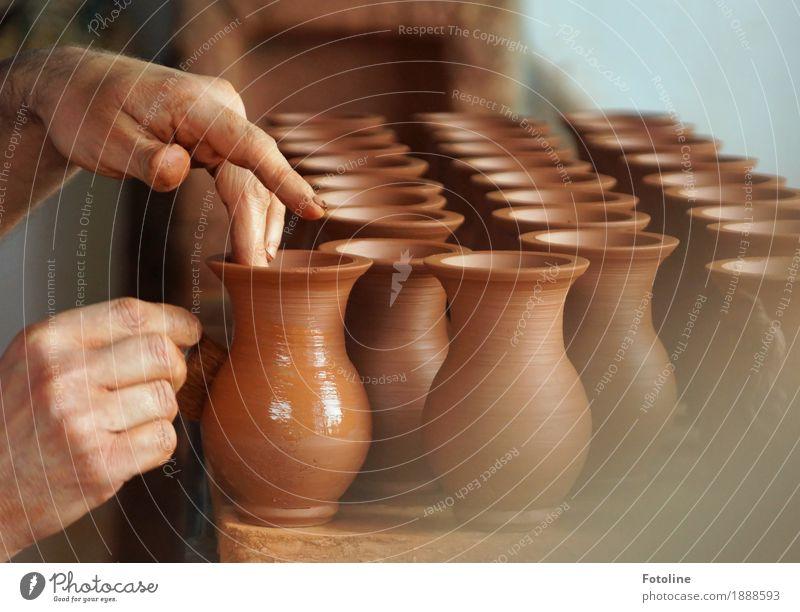 Handarbeit Mensch Haut Finger Kunst Künstler Kunstwerk authentisch nass neu braun Ton Wase Tongefäß Töpfer Töpferei Töpferwaren Töpfern Farbfoto mehrfarbig