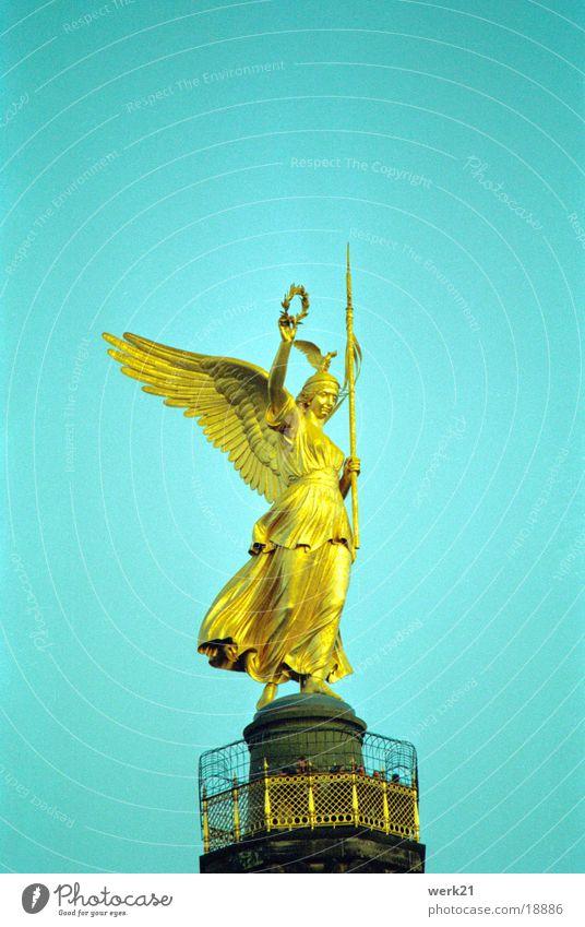 Siegessäule in Berlin Wahrzeichen Krieg Statue Denkmal historisch Himmel Engel gold Viktoria Lorbeerkranz Feldzeichen