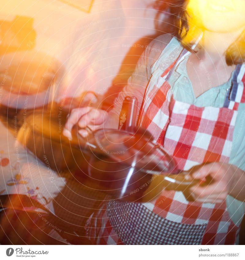 hot cuisine Mensch feminin Leben Hand Finger 1 Bekleidung brünett Duft Fressen genießen mehrfarbig rot kochen & garen Topf Schürze Muster lecker