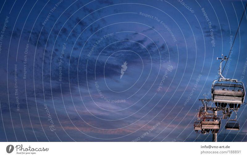 PickUp Umwelt Himmel Winter kalt blau Stimmung Farbfoto Außenaufnahme Dämmerung Abend Abenddämmerung Skilift Sesselbahn aufwärts Skifahrer Textfreiraum oben