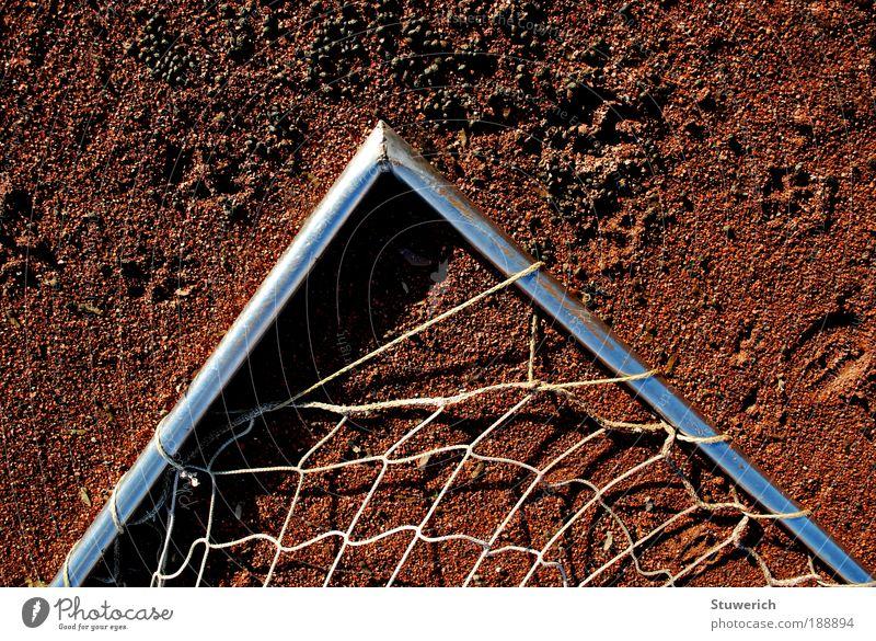 Eckennetz oder Netzecke? blau weiß rot Sport Stein Metall ästhetisch Fußballplatz Kleinstadt Fußballtor Sportplatz Sportgerät