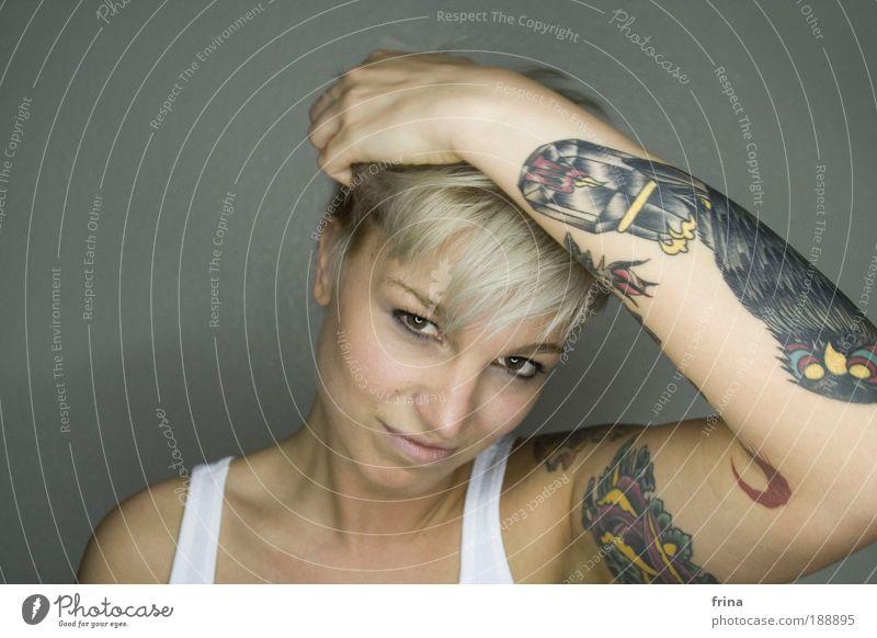 chouette Design schön Haare & Frisuren Haut Gesicht feminin Junge Frau Jugendliche 1 Mensch 18-30 Jahre Erwachsene Mode Tattoo blond kurzhaarig Pony crop