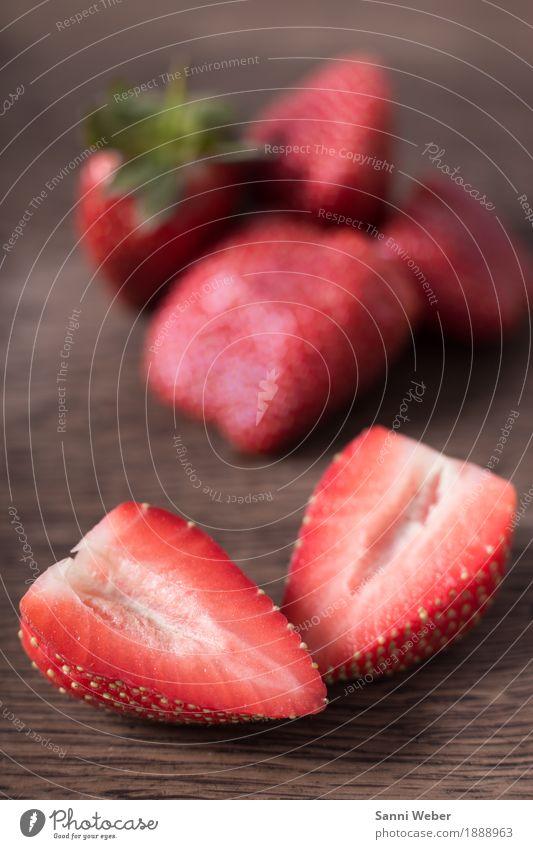 strawberries Lebensmittel Frucht Ernährung Bioprodukte kaufen Sommer Pflanze Holz liegen grün rot Stimmung Duft Farbfoto Innenaufnahme Nahaufnahme