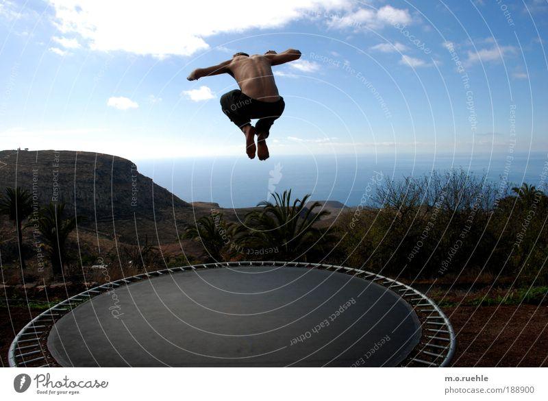 ich setzte den Fuß in die Luft und sie trug Mensch Jugendliche Himmel Meer blau Sommer Freude Gefühle springen Freiheit Glück Fuß Spielen Luft Körper Haut