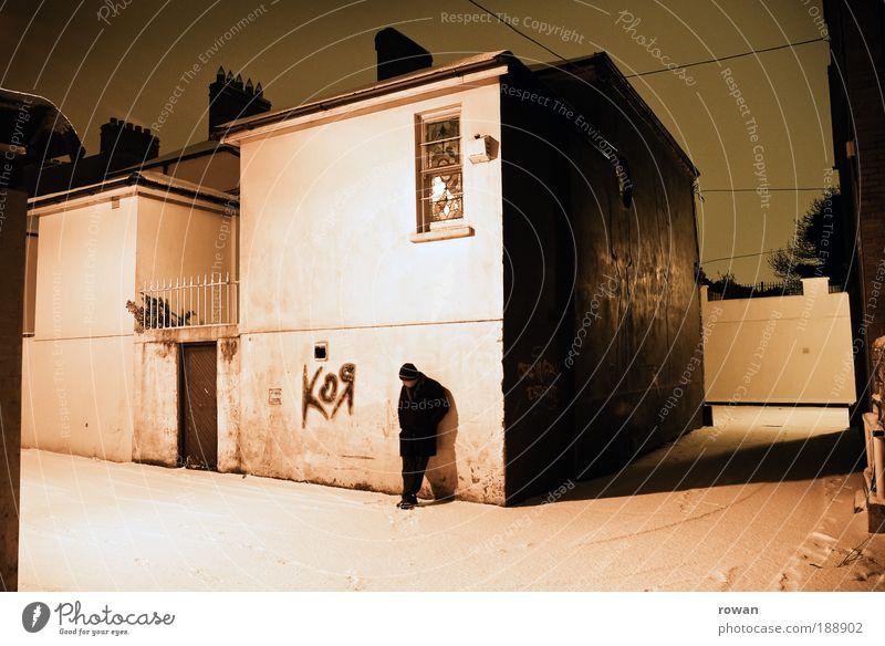 night scene Mensch Mann ruhig Einsamkeit Haus Erwachsene Straße kalt dunkel Schnee Graffiti Gebäude Traurigkeit warten maskulin trist