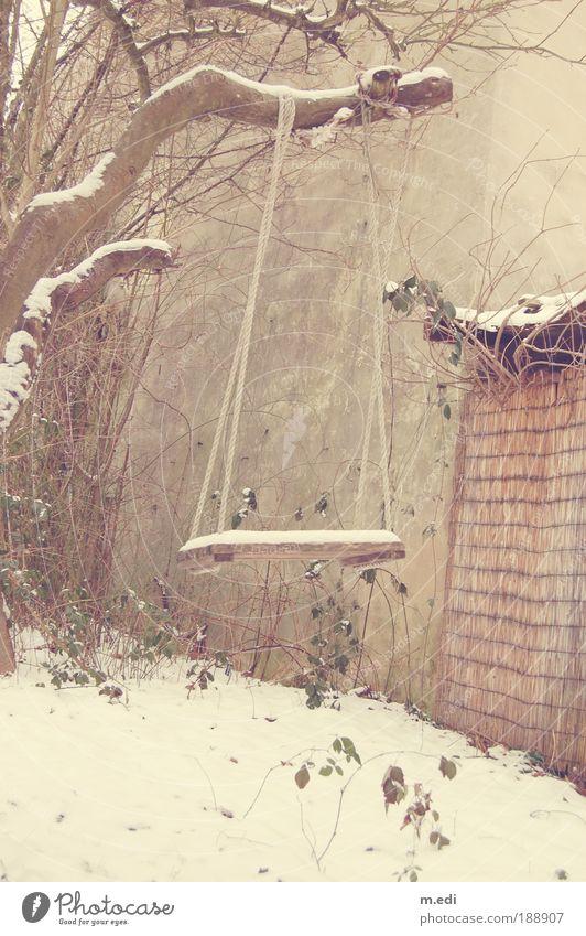 Schaukel Garten Schnee Baum schaukeln Spielen alt Farbfoto Außenaufnahme Menschenleer Textfreiraum unten Tag Profil