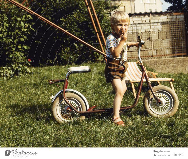 Mein erster Roller Wiese Spielen Junge Mauer Eis Kraft blond Freizeit & Hobby Motorrad Coolness Kind Klettern genießen DDR Schaukel Kindererziehung