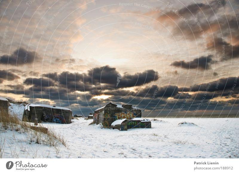 Bunker in Klitmoller Winter Strand Wolken kalt Schnee Graffiti Natur trist Spuren beobachten Dorf Fußspur Krieg Stranddüne Blauer Himmel HDR