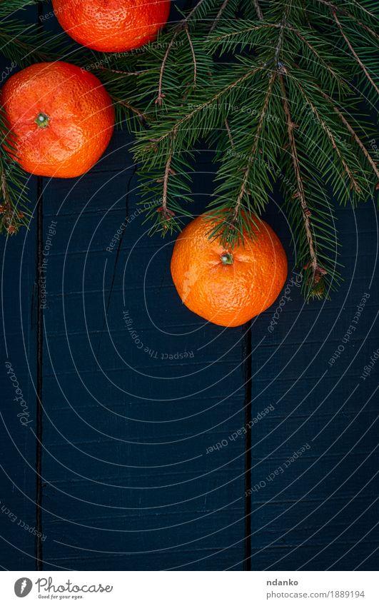 Mandarinen mit Niederlassungstanne auf einem schwarzen hölzernen Hintergrund Lebensmittel Frucht Essen Vegetarische Ernährung Diät Saft Sommer Tisch Natur Holz