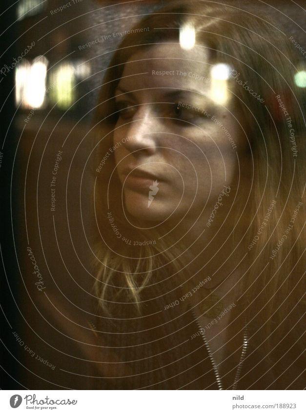 irgendwo da draussen Mensch Jugendliche Junge Frau ruhig 18-30 Jahre Gesicht Erwachsene Straße feminin Gebäude träumen beobachten Straßenbeleuchtung München