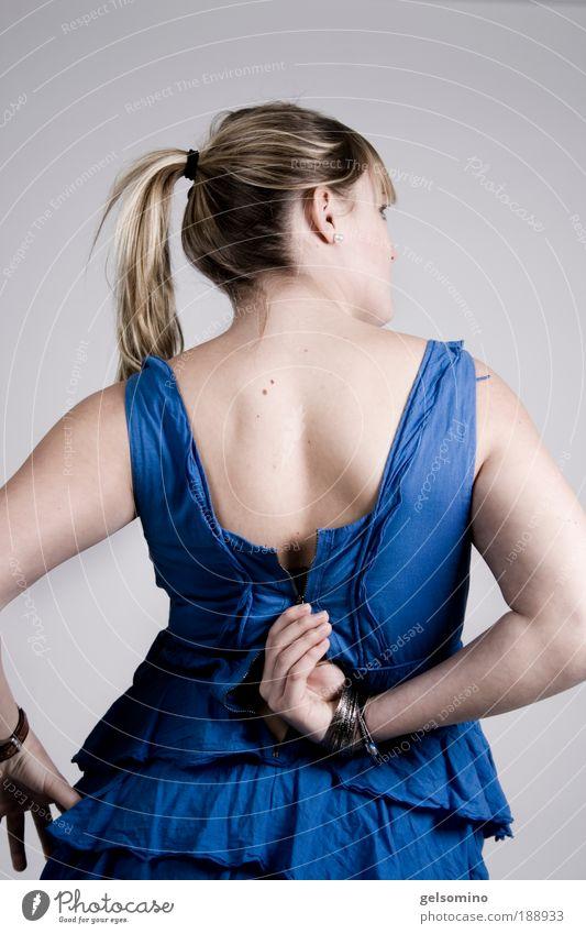 kaputt Stil schön Wohlgefühl ausgehen feminin Junge Frau Jugendliche Haut Hand Kleid blond Zopf Bewegung außergewöhnlich elegant frisch einzigartig kalt weich