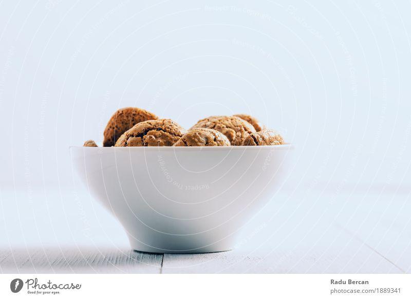 Italienische Amaretti-Kekse in der weißen Schüssel Farbe Essen klein Lebensmittel braun Ernährung Tisch süß rund lecker Süßwaren Frühstück Dessert