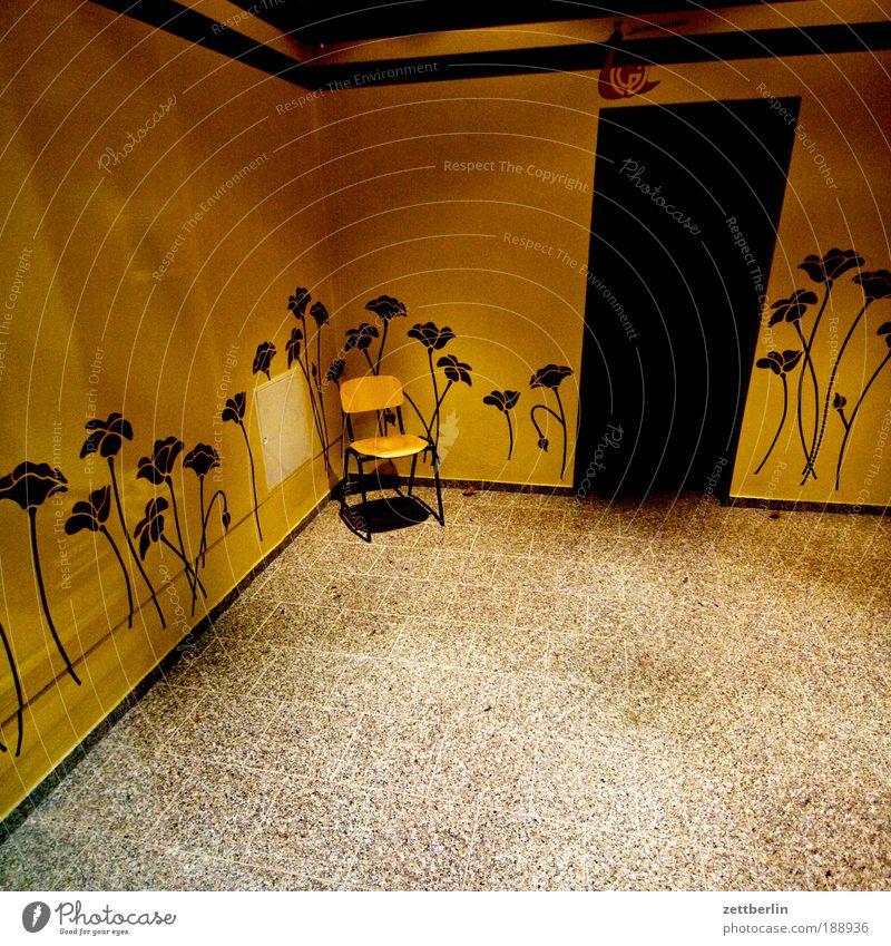 Stuhl Blume ruhig Haus Einsamkeit Wand Traurigkeit warten Tür leer Ecke trist Dekoration & Verzierung Schmuck Eingang Foyer
