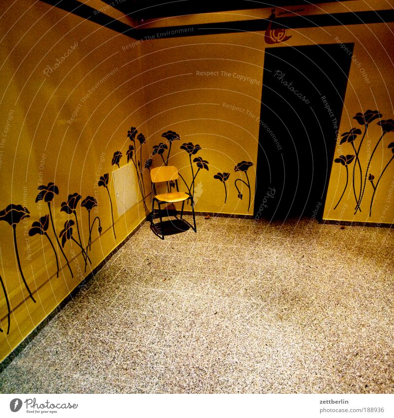 Stuhl Blume ruhig Haus Einsamkeit Wand Traurigkeit warten Tür leer Ecke trist Stuhl Dekoration & Verzierung Schmuck Eingang Foyer