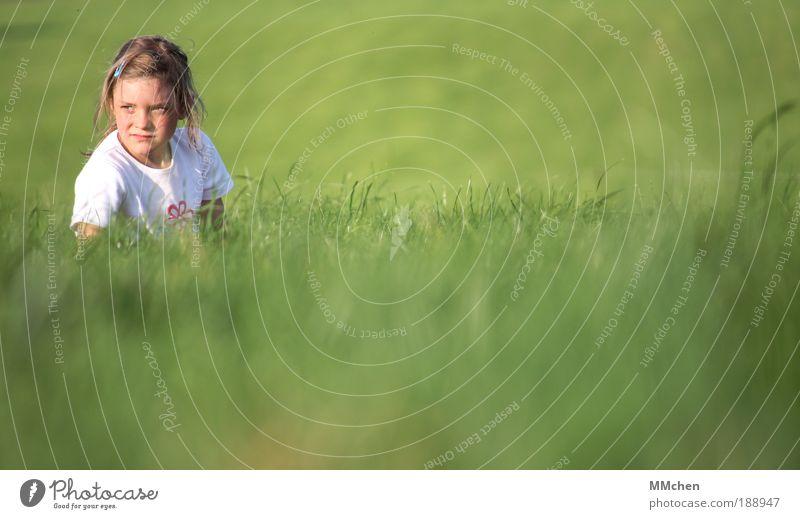 grün Kind Mädchen grün Wiese warten Hoffnung beobachten verstecken Erwartung skeptisch Versteck Tarnung