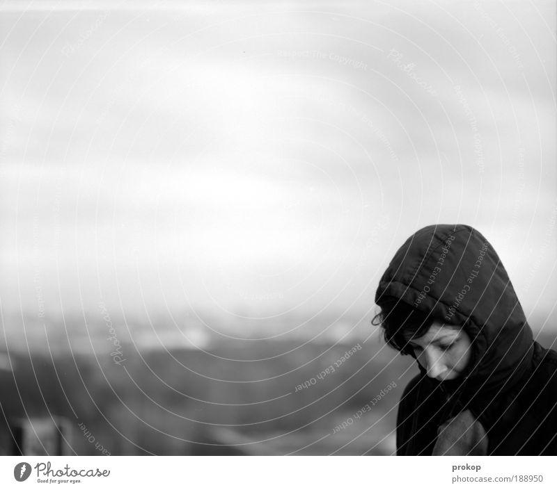 Gipfelsturm Frau Mensch Himmel Jugendliche schön Winter Wolken Erwachsene Einsamkeit feminin Leben Freiheit Kopf grau Traurigkeit natürlich