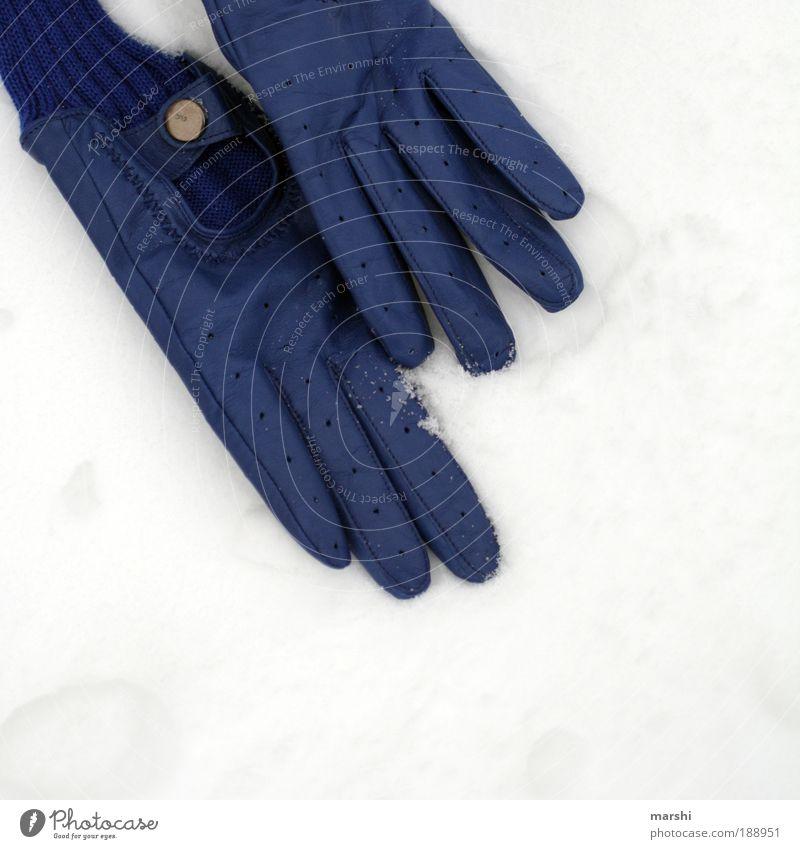 lost my gloves Stil Natur Winter Wetter Eis Frost Schnee blau weiß verloren liegen Handschuhe trendy Einsamkeit Suche kalt anziehen Farbfoto Außenaufnahme Mode