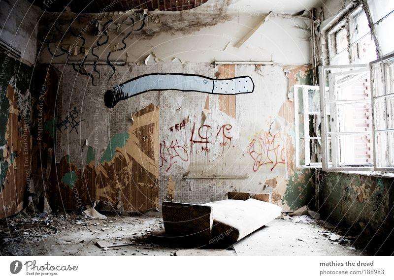 RAUCHERRAUM alt Baustelle Einsamkeit dunkel kalt Gebäude Graffiti Raum Wohnung trist Fabrik Schriftzeichen Rauchen Häusliches Leben Sofa außergewöhnlich