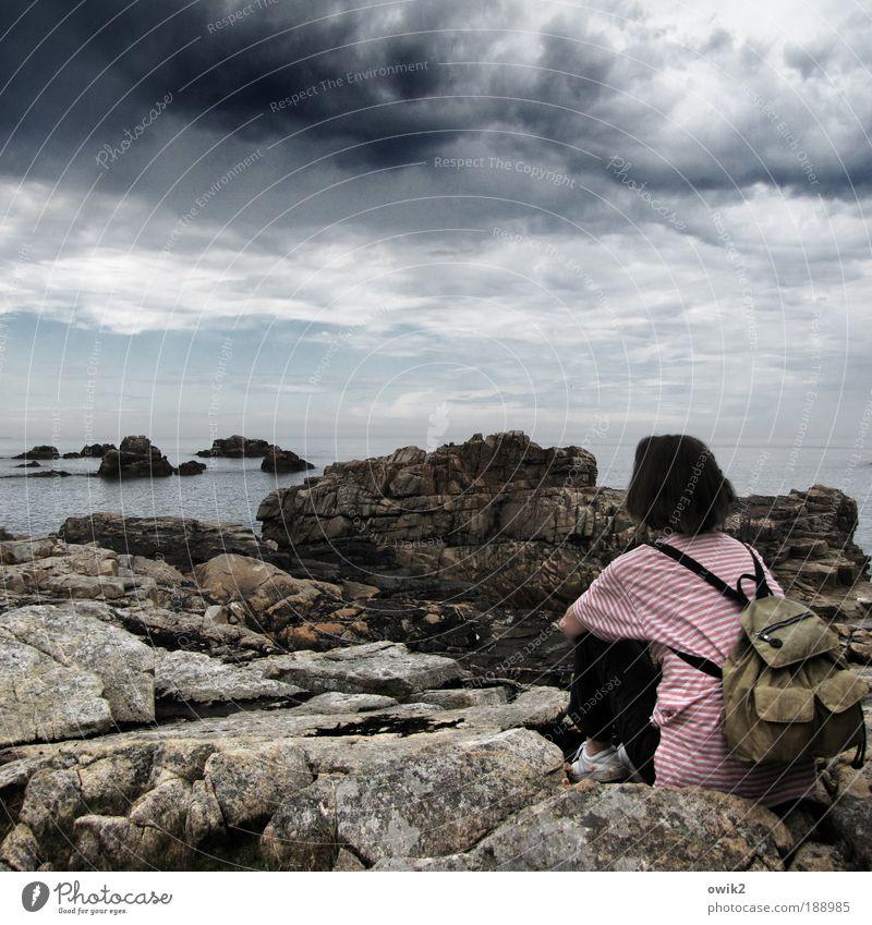 Plougrescant Frau Himmel Natur Ferien & Urlaub & Reisen Meer Erwachsene Ferne Umwelt Landschaft Freiheit Küste Horizont Freizeit & Hobby Felsen Klima Ausflug