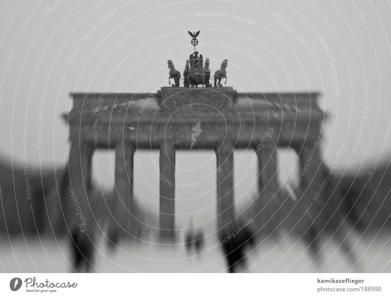 berlin brandenburger tor Mensch schwarz Berlin Architektur grau Stein Menschengruppe Bauwerk Perspektive Tor Wahrzeichen Stadtzentrum Berlin-Mitte