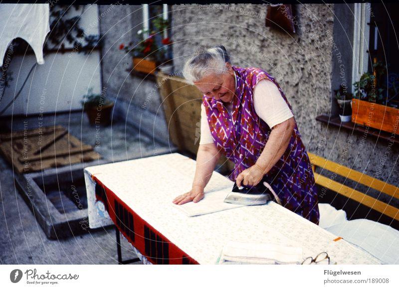 Fehler ausbügeln Frau schön Mensch Arbeit & Erwerbstätigkeit Freizeit & Hobby dreckig Beton Tisch Lifestyle Macht Brille Bank Platz Sauberkeit Hemd Großmutter