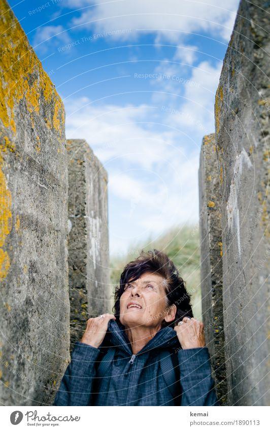 Sturm zieht auf Mensch Frau Himmel Ferien & Urlaub & Reisen Hand Wolken Erwachsene Leben Umwelt Lifestyle Senior feminin Stil Kopf Ausflug Wetter