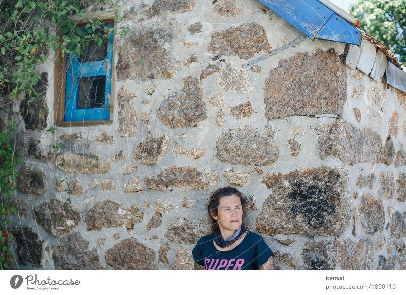 Supermai Mensch Frau blau ruhig Fenster Erwachsene Wand Leben Lifestyle feminin Gebäude Mauer Denken Kopf Ausflug authentisch
