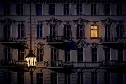 Kreuzberg bei Nacht Stadt Haus Fenster dunkel Stimmung Fassade Wohnung Laterne Hauptstadt trendy Stadtzentrum gemütlich Altbau Nachtleben klassisch