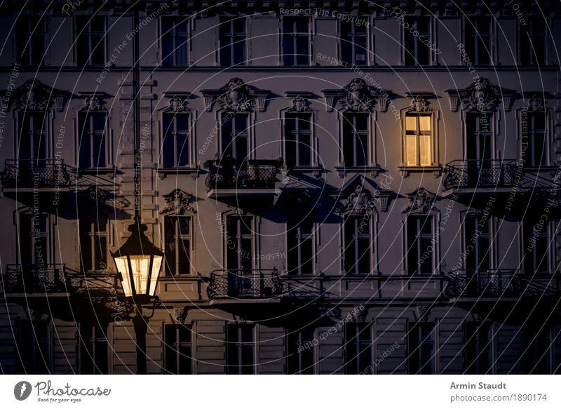 Kreuzberg bei Nacht Wohnung Haus Nachtleben Hauptstadt Stadtzentrum Menschenleer Fassade trendy Stimmung Stuck Altbau Laterne Licht Fenster gemütlich heimisch