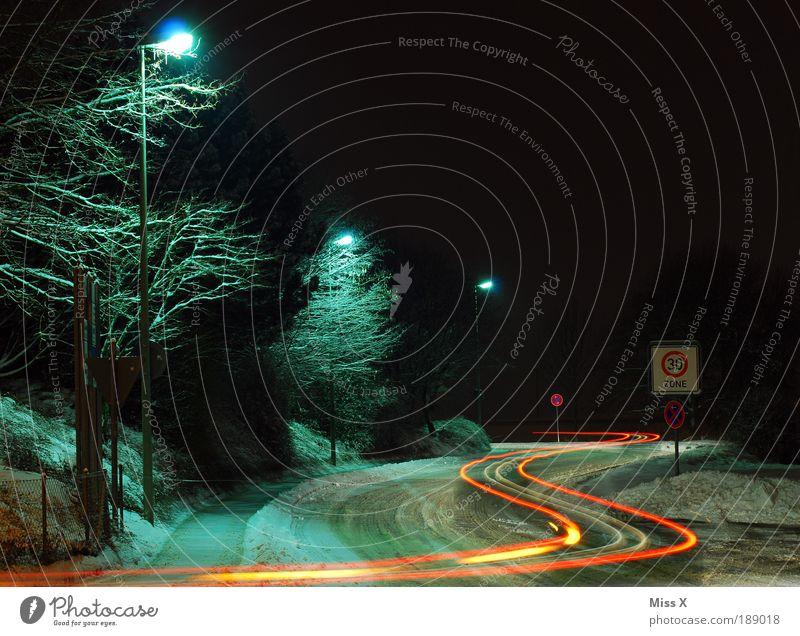 S-Kurve Nachthimmel Winter Klima Wetter schlechtes Wetter Eis Frost Schnee Verkehr Verkehrswege Straßenverkehr Autofahren Straßenkreuzung Wege & Pfade kalt