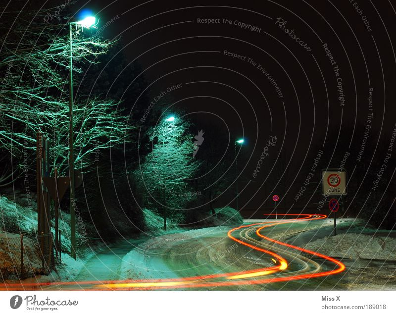 S-Kurve Winter kalt Straße Schnee Wege & Pfade Eis Wetter Klima Verkehr gefährlich bedrohlich Sicherheit Frost fahren Spuren Verkehrswege