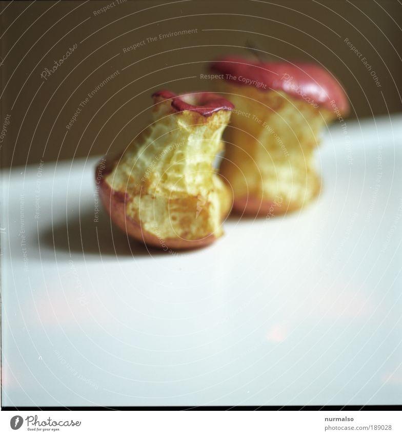 angebissen 2 Natur alt Erholung Leben Kunst Zufriedenheit Lebensmittel Freizeit & Hobby Ernährung Apfel genießen lecker Duft Bioprodukte positiv beißen