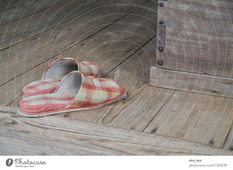 housekeeping Hausschuhe Holz Holzfußboden kariert alt schäbig Schlappen grau Farbfoto Schuhgeschäft Schuhe verblasst