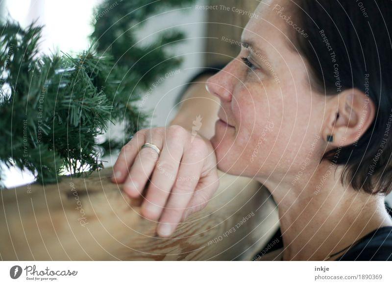 besinnliche Weihnachtszeit Mensch Frau Weihnachten & Advent ruhig Gesicht Erwachsene Leben Gefühle Lifestyle Stimmung Freizeit & Hobby träumen Zufriedenheit