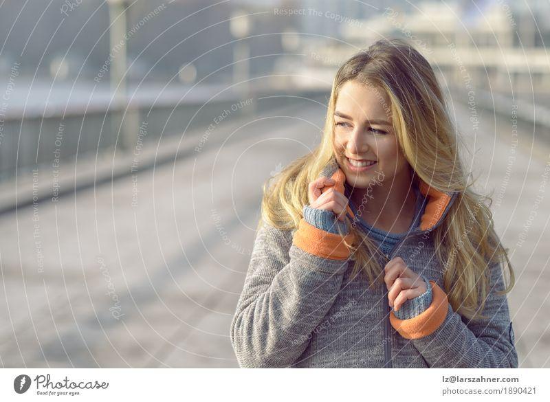 Glückliche Frau mit einem reizenden Lächeln Lifestyle Freude Gesicht Freiheit Sonne Winter Erwachsene 1 Mensch 18-30 Jahre Jugendliche Natur Herbst Wind Stadt