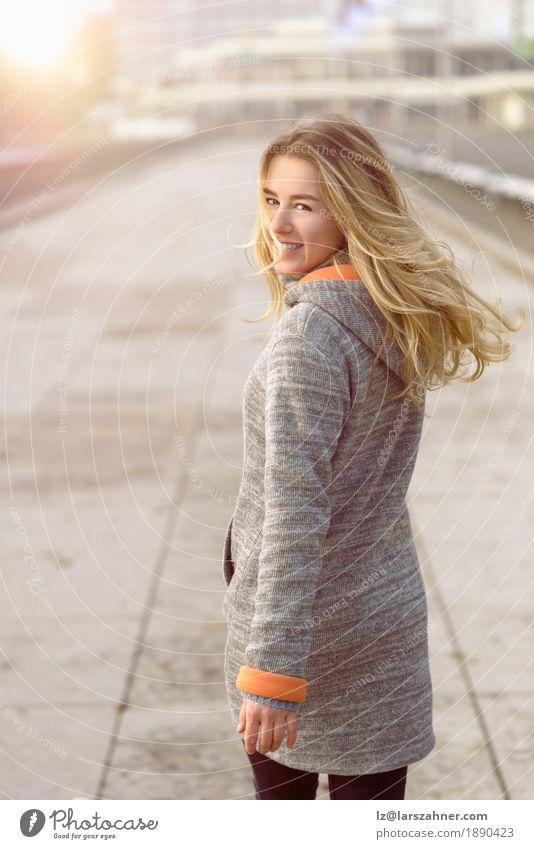 Glückliche Frau mit einem reizenden Lächeln, das an die Kamera sich wendet Lifestyle Freude Gesicht Freiheit Sonne Winter Erwachsene 1 Mensch 18-30 Jahre