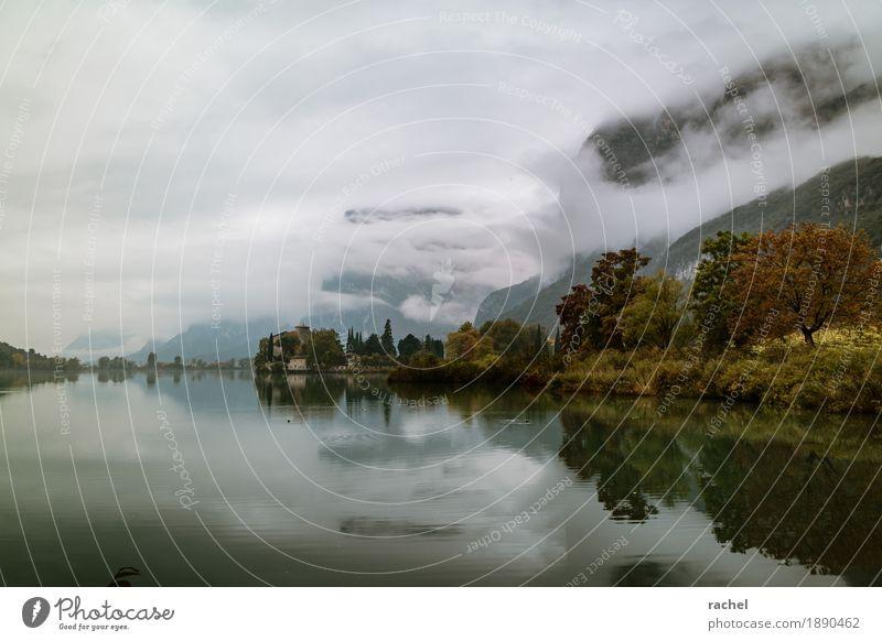 An einem See im Oktober Natur Wasser Baum Einsamkeit Wolken ruhig Ferne dunkel Berge u. Gebirge kalt Traurigkeit Herbst natürlich Küste Gebäude
