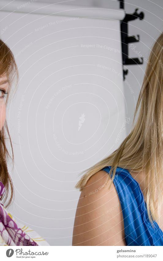 E Mensch Jugendliche weiß blau rot ruhig Leben Haare & Frisuren Haut blond maskulin Lifestyle nah Kleid beobachten