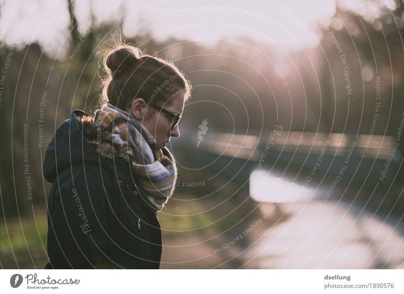 nö. Mensch feminin Junge Frau Jugendliche Erwachsene 1 18-30 Jahre Jacke Mantel Schal brünett Dutt kalt blau braun Unlust Schmerz Enttäuschung Ärger Gefühle