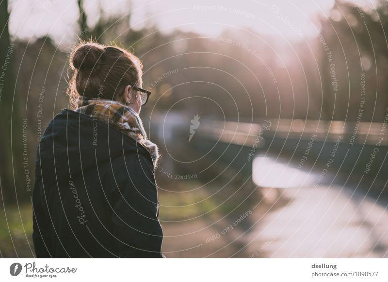 veränderungen stehen bevor. Lifestyle elegant Stil feminin Junge Frau Jugendliche 1 Mensch 18-30 Jahre Erwachsene Park Brücke Jacke Mantel beobachten Denken