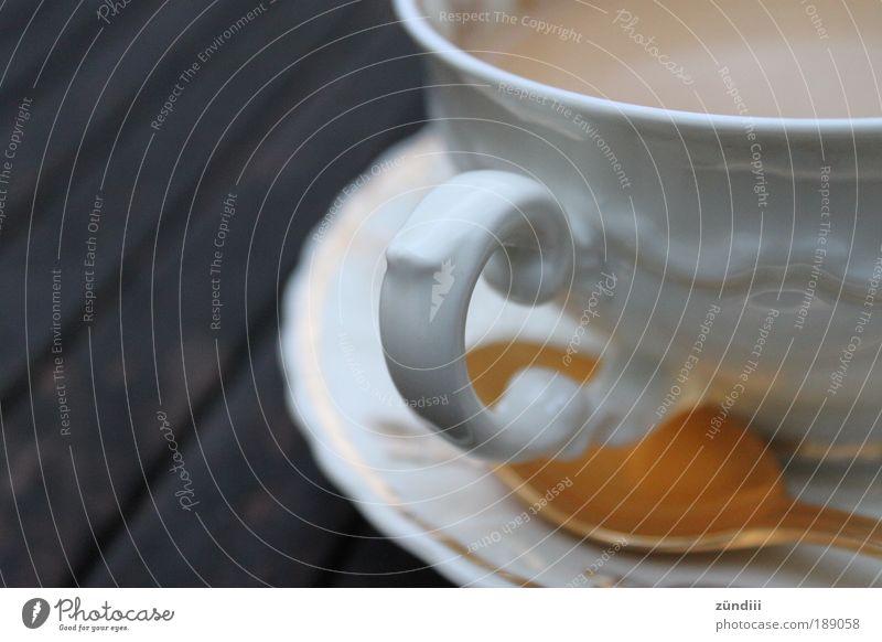 goldene Kaffeepause Getränk Heißgetränk Geschirr Tasse Löffel Reichtum elegant trinken genießen braun weiß Kitsch Nostalgie Milchkaffee Kaffeetasse Kaffeelöffel