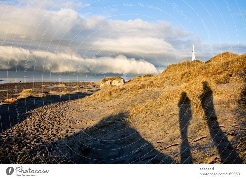 Strandbetrachter Mensch Natur weiß blau Winter ruhig schwarz Wolken gelb Ferne kalt grau Sand Landschaft braun