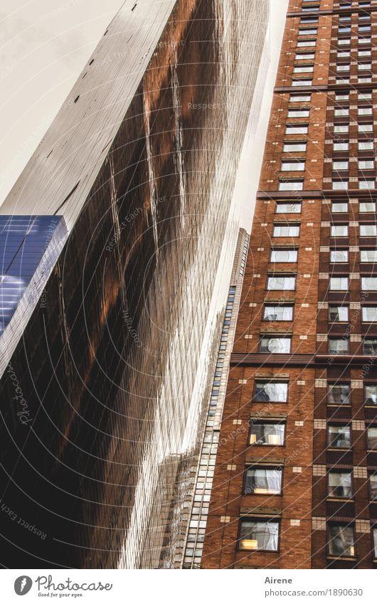Spieglein, Spieglein an der Wand... Stadt Haus Architektur Traurigkeit braun Fassade glänzend Hochhaus hoch Macht Amerika Höhenangst Skyline dünn Stadtzentrum