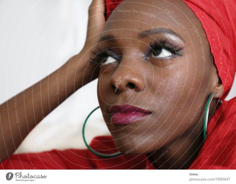 . feminin Frau Erwachsene 1 Mensch Kleid Ohrringe Kopftuch Turban Afro-Look beobachten Denken festhalten Blick träumen warten schön Leidenschaft Wachsamkeit