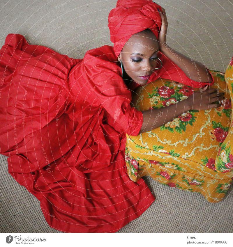 . Sessel Raum feminin Frau Erwachsene 1 Mensch Kleid Schmuck Kopftuch beobachten Denken Erholung Blick sitzen träumen warten schön geduldig Traurigkeit Sorge