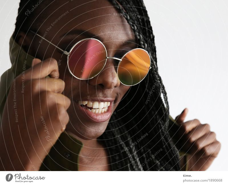 . feminin Frau Erwachsene 1 Mensch Sonnenbrille Haare & Frisuren schwarzhaarig langhaarig Rastalocken Afro-Look beobachten lachen Blick Konflikt & Streit Tanzen