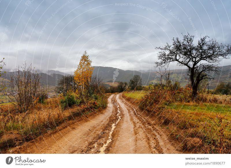 Schlammiger Boden nach Regen in den Bergen. ländliche unbefestigte Straße Himmel Natur Ferien & Urlaub & Reisen Landschaft rot Wolken Ferne Berge u. Gebirge