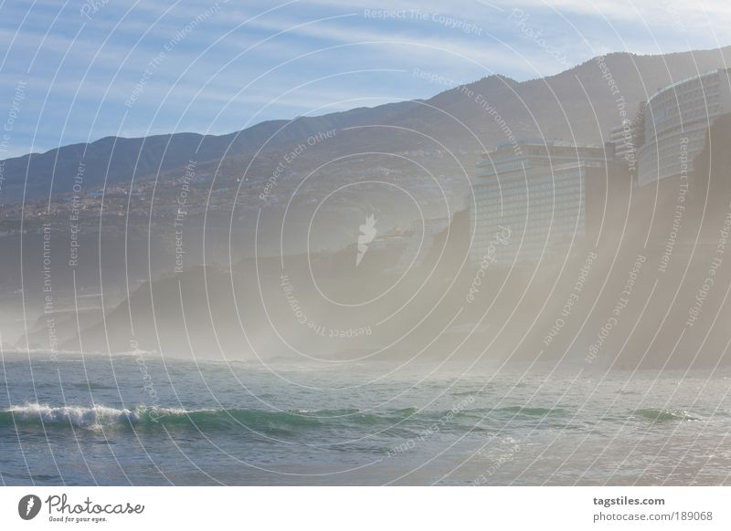 SONNENSTRAHLEN Spanien Sonnenstrahlen Puerto de la Cruz Teneriffa Atlantik Bucht Wasser Brandung Berge u. Gebirge bergig Natur tagstiles Nebel Farbfoto