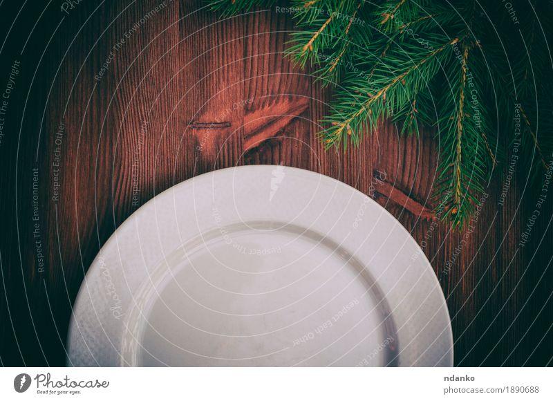 Hälfte einer leeren weißen Platte auf brauner Holzoberfläche Frühstück Mittagessen Abendessen Geschirr Teller Besteck Winter Schnee Dekoration & Verzierung
