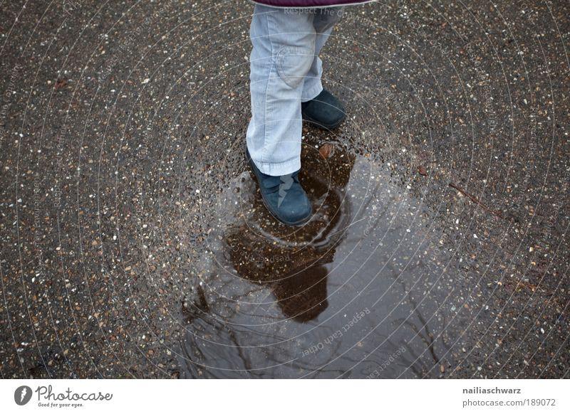 Pfützenplatschen Kind Wasser Mädchen blau Freude Winter Herbst grau Fuß Regen Beine braun gehen Wetter Beton